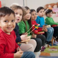 Kita Bisa Manfaatkan Musik untuk Bantu Si Kecil Belajar Lho, Moms!