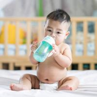 Kapan Waktu yang Tepat si Kecil Mulai Minum Air Putih?