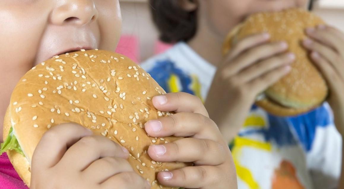 Kebiasaan Buruk Dads yang Menyebabkan Mengakibatkan Si Kecil Obesitas