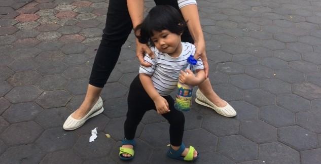 Si Kecil Malas Berjalan Padahal Sudah Mahir Berjalan? Pakai Trik Ini Moms!