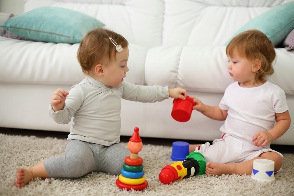 Menyikapi Balita yang Rebutan Mainan dengan Teman Sebayanya