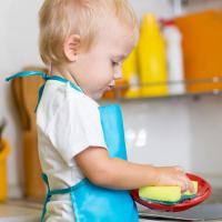 Cara Pintar Mengajarkan Anak Membantu di Rumah