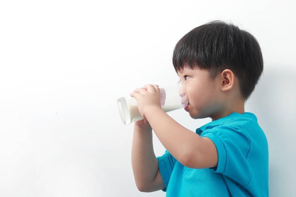 Moms, Ini Resiko Terlalu Banyak Minum Susu Bagi Si Kecil
