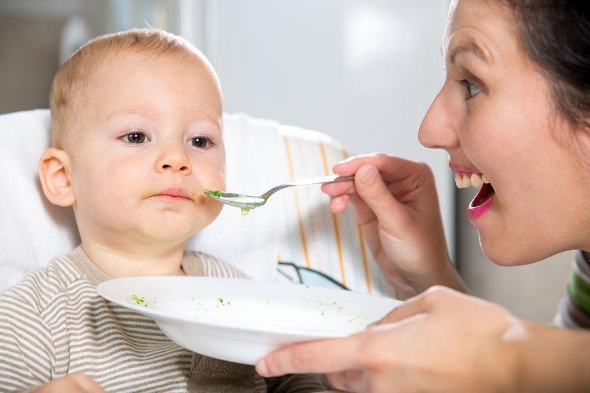 Ternyata Ini Penyebab Si Kecil Suka Mengemut Makanan