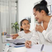 Lakukan Ini Agar Si Kecil Tidak Rewel Saat Moms Kembali Bekerja Pasca Libur Panjang