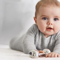 Nama Bayi Perempuan & Laki-laki yang Tetap Populer Sampai Saat Ini