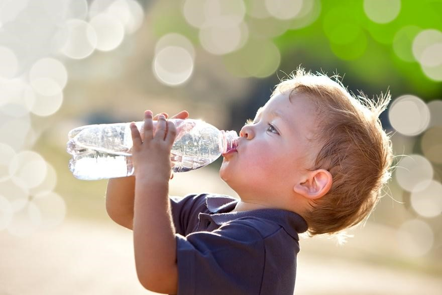 Trik agar Si Kecil Rajin Minum Air Putih