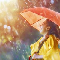 Moms, Ini Manfaat Membiarkan Si Kecil Main Hujan-hujanan!