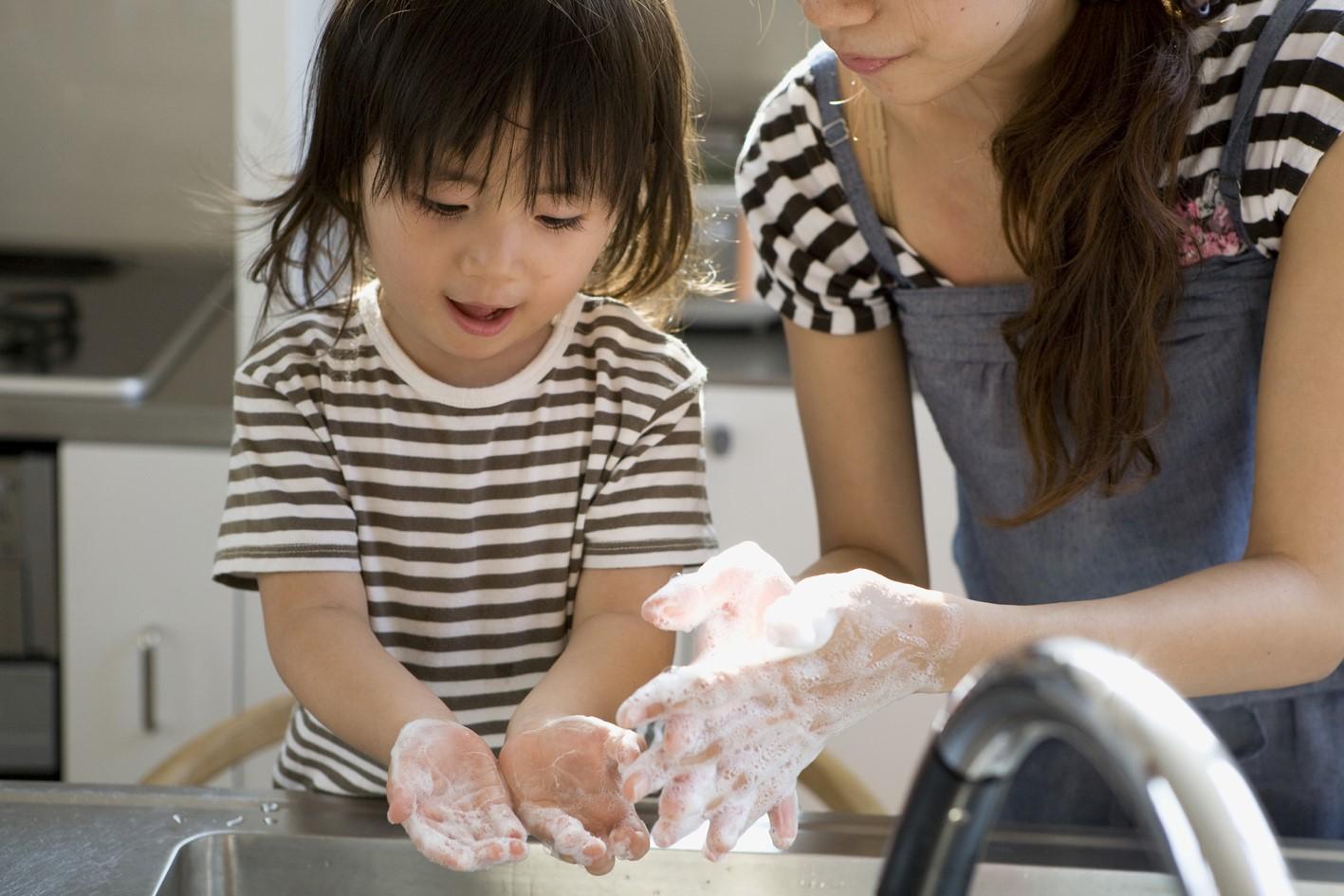 Moms, Yuk Ajarkan Si Kecil Terbiasa Cuci Tangan Sendiri!
