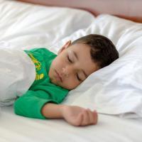 Moms, Ini Trik Membiasakan Si Kecil Bangun Pagi