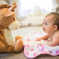 Cara Menstimulasi Indera Peraba Bayi usia 0-6 Bulan