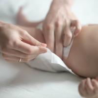 Cara Mudah Mengganti Popok Bayi Tanpa Drama