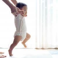 5 Cara Menstimulasi Berjalan Anak agar Optimal
