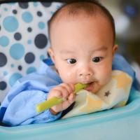 Kiat Mengatur Jadwal Makan Bayi Usia 6 Bulan