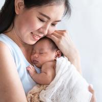 Menggendong Bayi, Cara Terbaik Untuk Mendekatkan Ikatan Batin Dengan Si Kecil